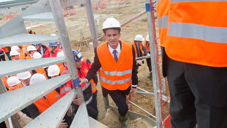 (Manuel Valls sur un chantier de l'aéroport d'Orly le 5 mai 2016 © WITT/SIPA)