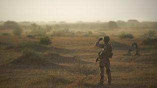 Un soldat de l'armée française patrouille au nord du Burkina Faso, près de la frontière malienne, le 10 novembre 2019. (MICHELE CATTANI / AFP)