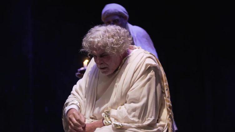 """Jacques Weber en pleine """"Crise de nerfs"""" sur la scène du Théâtre de l'Atelier à Paris. (France 3 Paris-Ile-de-France)"""