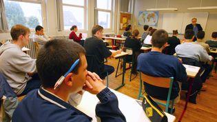 Des lycéens attendent la distribution des sujets lors d'une épreuve du baccalauréat, Pontoise, 2002. (PIERRE VERDY / AFP)
