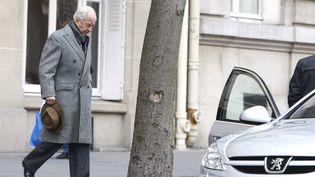 Edouard Balladur, ancien Premier ministre, quittant son domicile parisien, le 26 novembre 2010. (SIPA)