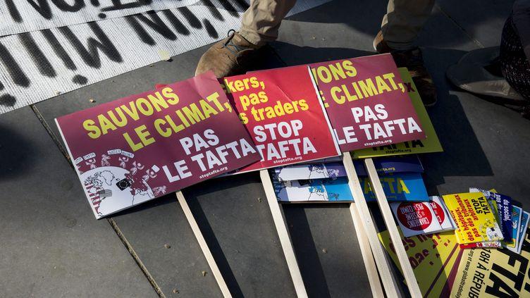 Des panneaux photographiés à l'occasion de la Journée internationale d'action anti-Tafta, le 18 avril 2015 à Paris. (MAXPPP)