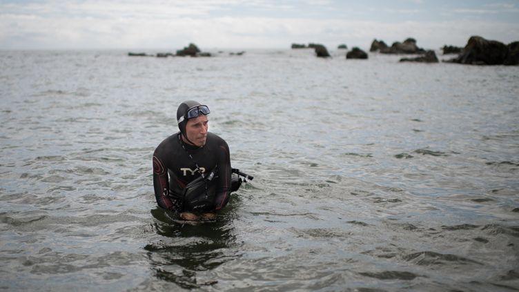 Le nageur Benoît Lecomtelors du lancementde sa traversée de l'océan Pacifique, le 5 juin 2018, àChoshi au Japon. (MARTIN BUREAU / AFP)