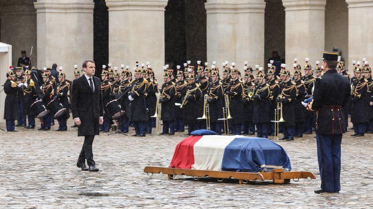 Emmanuel Macron devant le cercueil du gendarme Arnaud Beltrame à Paris, le 28 mars 2018. (LUDOVIC MARIN / AFP)