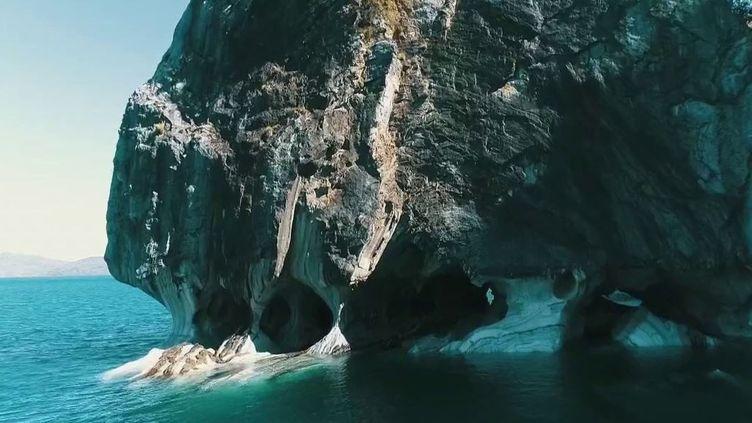 Sur le lac General Carrera, en Patagonie (Chili), des rochers taillés par les eaux turquoise sont considérés comme des édifices religieux. L'un d'eux étant officiellement consacré par l'Église catholique. (FRANCE 2)