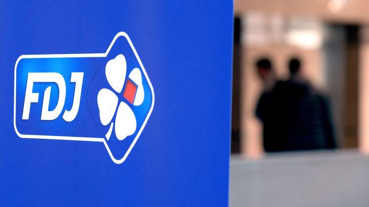 Le logo de la FDJ à Boulogne-Billancourt (Hauts-de-Seine). Photo d'illustration. (ERIC PIERMONT / AFP)