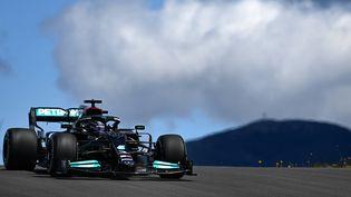 Lewis Hamilton (Mercedes) remporte la 2e séance des essais libres au Portugal. (GABRIEL BOUYS / AFP)