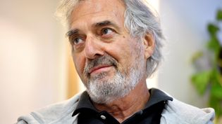 Jean-Paul Dubois lors d'un débat à la librairie de l'Ombre blanche, à Toulouse, le 16 septembre 2016. (REMY GABALDA / AFP)