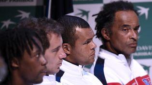 Gaël Monfils, Richard Gasquet et Jo-Wilfried Tsonga (de gauche à droite) avec le capitaine de l'équipe de France de Tennis Yannick Noah, le 3 mars 2016 à Pointe-à-Pitre (Guadeloupe). (MIGUEL MEDINA / AFP)