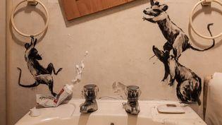 En temps de confinement (15 avril 2020), le street-artist Banksy s'empare des murs de sa salle de bains. (BANKSY.CO.UK)