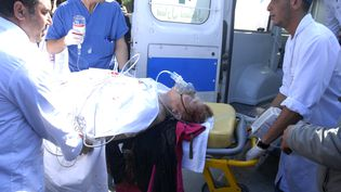 Plusieurs dizaines de blessés ont été évacués en urgence vers plusieurs hôpitaux de Tunis. La plupart sont des touristes. (SOFIENE HAMDAOUI / AFP)