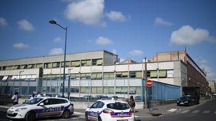 Des policiers patrouillent à Pantin (Seine-Saint-Denis), le 16 août 2015, à proximité d'un garage du ministère de l'Intérieur, où un agent a été blessé par balle. (STEPHANE DE SAKUTIN / AFP)
