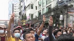 Birmanie : des milliers de manifestants contre le coup d'État militaire dans les rues de Rangoun (France 2)