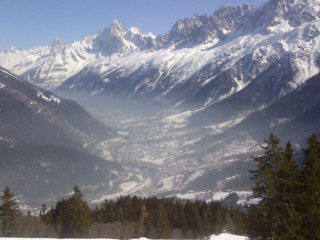 La vallée de Chamonix (Haute-Savoie) lors d'un épisode de pollution, le 12 mars 2013. (ENVIRONN' MONT BLANC)