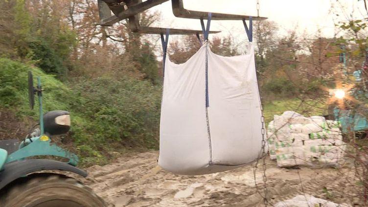 Un ciment à base de coquilles d'huître est utilisé pour des travaux de réparation d'un aménagement routier en Gironde. (FRANCEINFO)