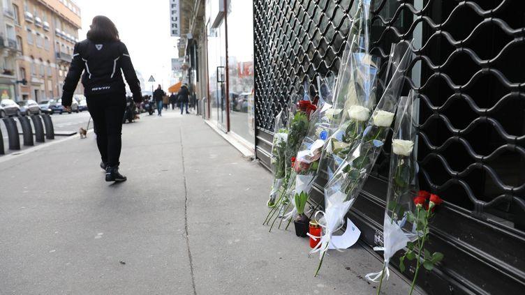 Des fleurs ont été déposées près du lieu de la rixe, rue de la Roquette à Paris, dimanche 14 janvier. (MAXPPP)