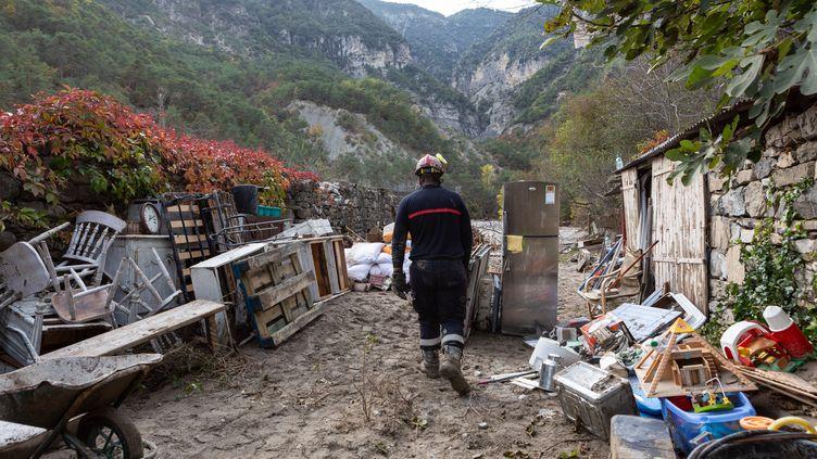 Une équipe de pompiers volontaires lors d'une mission de nettoyage et d'aide à la population sinistrée à Clans (Alpes-Maritimes), le 9 octobre 2020, après le passage de la tempête Alex. (CAMY VERRIER / HANS LUCAS / AFP)