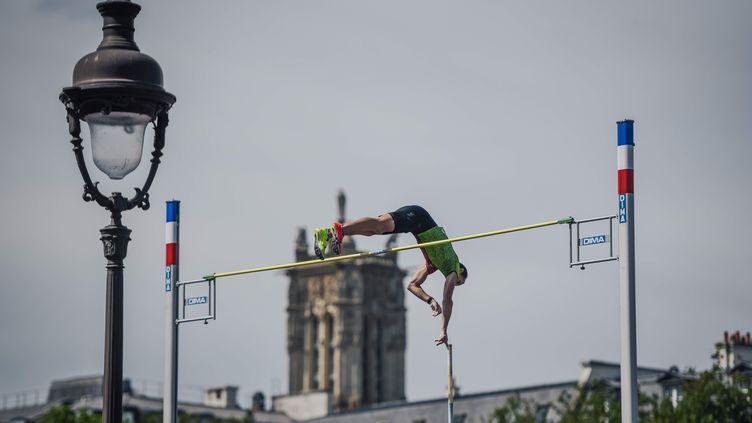 Renaud Lavillenie lors de la journée olympique (LUCAS BARIOULET / AFP)