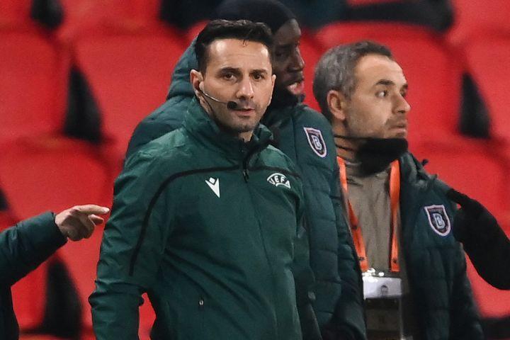 La quatrième arbitre Sebastian Coltescu lors du match de Ligue des champions PSG-Basaksehir, le 8 décembre 2020, à Paris. (FRANCK FIFE / AFP)