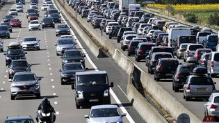 Des automobilistes sur l'A7, le 4 août 2018. (PHILIPPE DESMAZES / AFP)