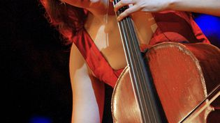 La violoncelliste Ophélie Gaillard le 27 février 2003 après avoir remportédésigné meilleure solisteaux Victoires de la Musique classique. (PIERRE VERDY / AFP)