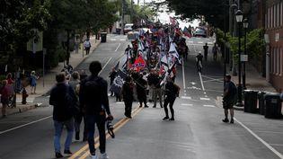 Des manifestants d'extrême droite marchent dans les rues de Charlottesville, samedi 12 août 2017. (JOSHUA ROBERTS / REUTERS)