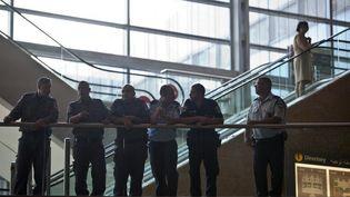 La police israélienne dans le terminal de l'aéroport Ben Gourion à Tel-Aviv, le 6 juillet 2011. ( ELIAS NIR / REUTERS )