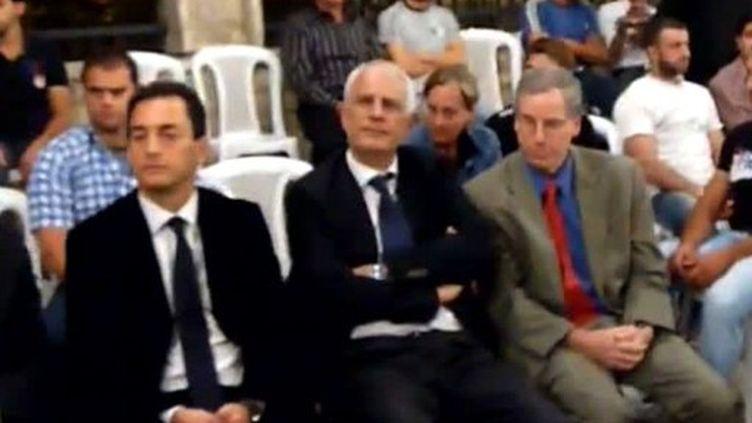 Les ambassadeurs français et US en Syrie, MM.Chevallier (G) et Ford (D) lors d'une cérémonie à Darayya (13/09/2011). (AFP PHOTO/HO/YOUTUBE)