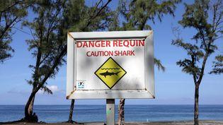 Un panneau alertant de la présence de requins à la plage de L'Etang-Salé à La Réunion, le 1er mars 2019. (RICHARD BOUHET / AFP)