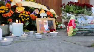 Des bougies, des fleurs, et une photo de Vincent Loquès, devant la basilique Notre-Dame de Nice le 30 octobre 2020. (VALERY HACHE / AFP)