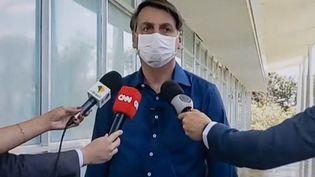 Capture d'écran de la prise de parole du président Jair Bolsonaro, le mardi 7 juillet 2020, pour annoncer sa contamination au Covid-19. (RICCARDO MILANI / HANS LUCAS)
