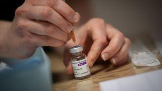 Une pharmacienne prépare une dose du vaccin d'AstraZeneca contre le Covid-19 à Savenay (Loire-Atlantique), le 2 avril 2021. (LOIC VENANCE / AFP)