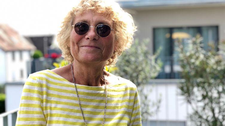 Elisabeth, 70 ans, retraitée en Allemagne, n'est pas pour le retour immédiat des Français de l'autre côté du Rhin, le 8 mai 2020. (MATTHIEU MONDOLONI / FRANCEINFO)