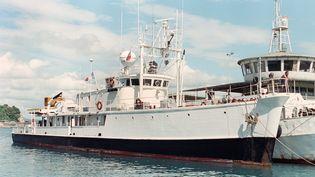 """La """"Calypso"""", bateau du commandant Jacques-Yves Cousteau, arrive au port de Batangas City(Philippines), le 13 novembre 1990. (ROMEO GACAD / AFP)"""