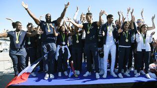 Des champions olympiques français médaillés aux JO de Rio, à l'aéroport de Roissy (Val-d'Oise), le 23 août 2016. (LIONEL BONAVENTURE / AFP)