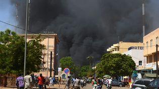 Une colonne de fumée noire dans le centre-ville de Ouagadougou, après l'attaque contre l'ambassade de France et l'état-major des forces armées burkinabées, vendredi 2 mars 2018. (AHMED OUOBA / AFP)