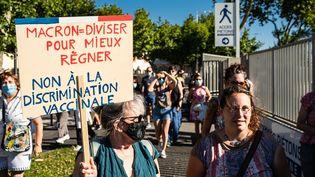 Deux manifestantes le 17 juillet 2021 à Perpignan (Pyrénées-Orientales) protestent contre l'exstension du pass sanitaire, décidée par Emmanuel Macron. (JC MILHET / HANS LUCAS / AFP)