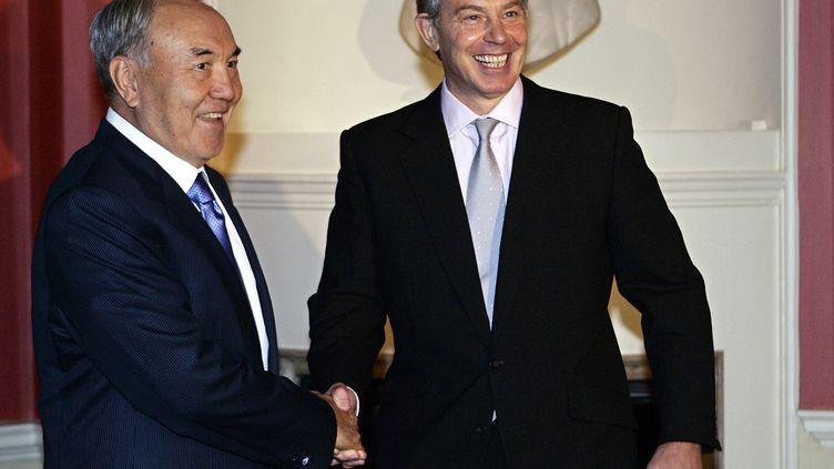Le président kazakhNoursoultan Nazarbaïev (à gauche) lors d'une rencontre avec le Premier ministre britannique de l'époque Tony Blair, le 21 novembre 2006. (ALASTAIR GRANT/AFP)