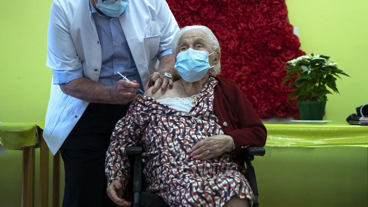 Josepha Delmotte, 102 ans, reçoit un vaccin contre le coronavirus, le 28 décembre 2020, à Mons, en Belgique. (FRANCISCO SECO / AFP)