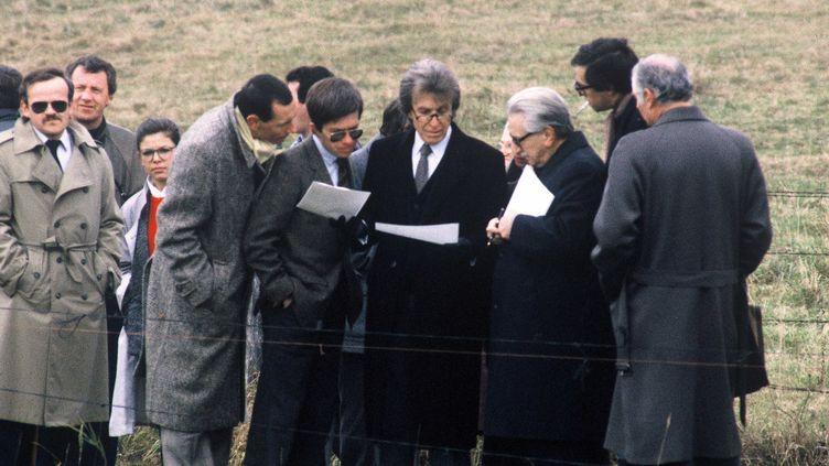 Le juge Jean-Michel Lambert échange avecles avocats de Christine et Jean-Marie Villemin,Paul Lombard et Henri-René Garaud, au cours de la reconstitution de la mort de Grégory Villemin, à Lépanges-sur-Vologne, le 30 octobre 1985.  (JEAN-MARIE GOYHENEX/SIPA)