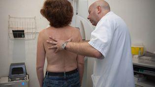 Une mammographie pour le dépistage précoce du cancer du sein, à Bordeaux (Gironde), le 03 octobre 2013 (SERGE POUZET/ SIPA)