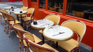 Une terrasse de restaurant encore vide à Paris, le 21 juin 2020. (RICCARDO MILANI / HANS LUCAS / AFP)