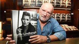 "Peter Lindbergh signe son livre ""A Different Vision On Fashion Photography"" à Los Angeles, en 2016. (FRAZER HARRISON / GETTY IMAGES NORTH AMERICA)"