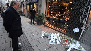 Roland Ries, le maire de Strasbourg, se recueille sur les lieux de l'attentat du 11 décembre, qui a fait 3 morts et 13 blessés, le 12 décembre 2018. (PATRICK HERTZOG / AFP)