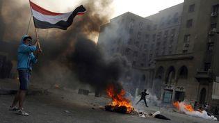 Des émeutes au centre du Caire, le 6 octobre 2013, entre des militants des Frères musulmans et la police. (MOHAMMED ABDEL MONEIM / AFP)
