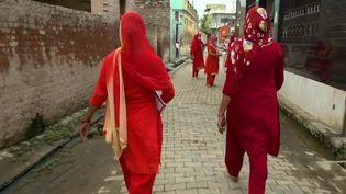 L'Inde vient de franchir le cap des 3 millions de personnes contaminées. Sur place, 60 000 personnes contractent chaque jour la maladie. En première ligne, des femmes travailleuses sociales tentent de surveiller les quarantaines et d'identifier les personnes infectées dans les communautés les plus pauvres du pays. (France 2)