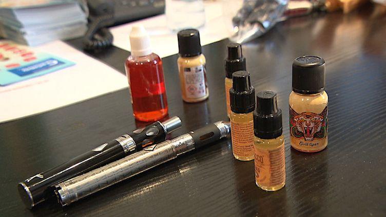 Cigarette électronique : deux pistes pour expliquer les cinq décès liés au vapotage