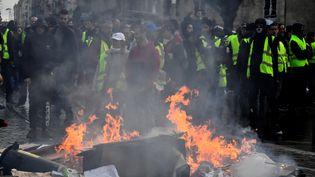 """Des """"gilets jaunes"""" devant des feux de poubelle le 19 janvier 2019 à Bordeaux (Gironde). (GEORGES GOBET / AFP)"""