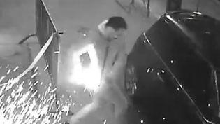 Capture d'écran d'une vidéo montrant un homme victime de l'explosion de la batterie de sa cigarette électronique, le 29 octobre 2016, à Toulouse (Haute-Garonne). (LA DEPECHE DU MIDI)