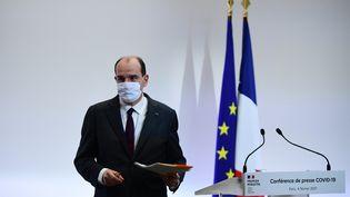 Jean Castex quitte la conférence de presse sur la propagation du Covid-19 le 4 février 2021, à Paris. (MARTIN BUREAU / AFP)